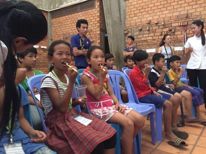 カンボジアの子ども達に、歯磨きの大切さを楽しく指導【Denriche Asia Dental Clinic】